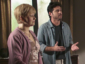 Lilian e Moisés tentam se explicar para Alice (Foto: Morde & Assopra / TV Globo)