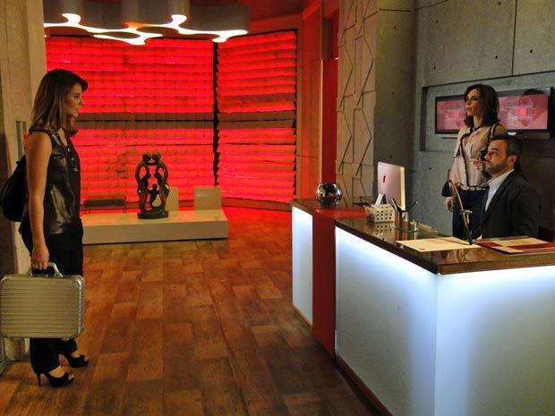Marina flagra Júlio e Eunice (Foto: Insensato Coração / TV Globo)