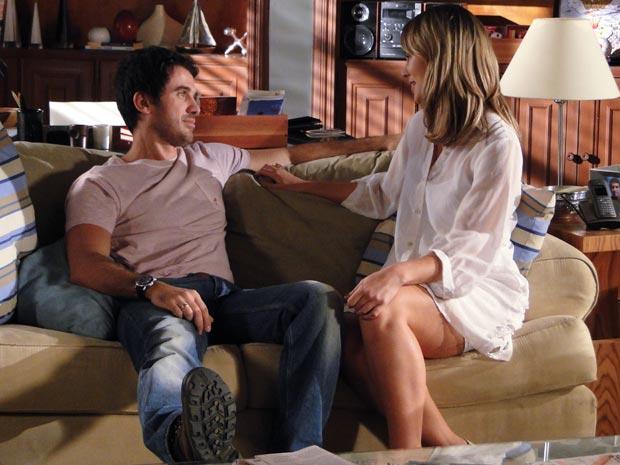 Marina e Pedro curtem o dia a dois em casa (Foto: Insensato Coração / TV Globo)