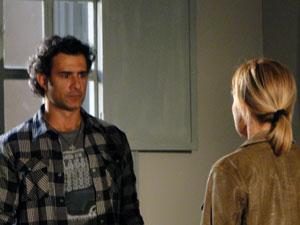 Júlia não aceita e pede para Abner se afastar (Foto: Morde & Assopra / TV Globo)