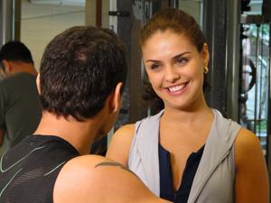 Alice gosta do charme que William joga (Foto: Insensato Coração/TV Globo)