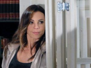 Amanda ouve a confusão atrás da porta (Foto: Morde & Assopra / TV Globo)