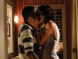 Os dois se beijam (Foto: Insensato Coração / TV Globo)