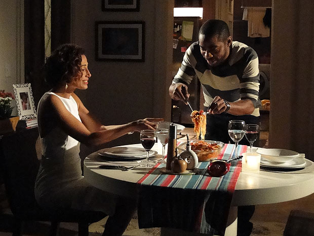 André serve Carol da janta que ele mesmo preparou: macarrão com salsicha (Foto: Insensato Coração / TV Globo)