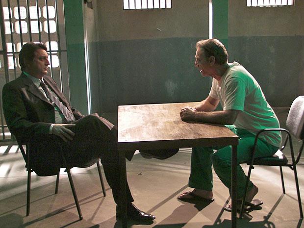 Cortez teme ficar em cana (Foto: Insensato Coração/TV Globo)