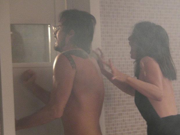 Cristiano e Carolina ficam sem ar na sauna (Foto: Morde & Assopra / TV Globo)