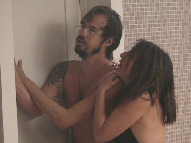Cristiano e Carolina não conseguem sair e passam mal com a temperatura elevada (Foto: Morde & Assopra / TV Globo)