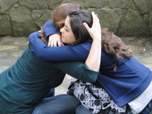 Mãe e filha se abraçam (Foto: Insensato Coração / TV Globo)