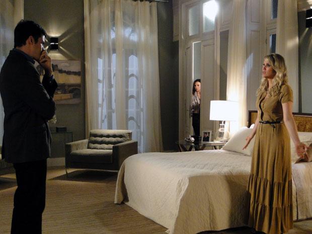 Ícaro desconfia de Naomi e pergunta se ela matou Pimentel (Foto: Morde & Assopra / TV Globo)