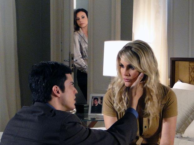 Ícaro acredita em Naomi e amanda ouve tudo atrás da porta (Foto: Morde & Assopra / TV Globo)