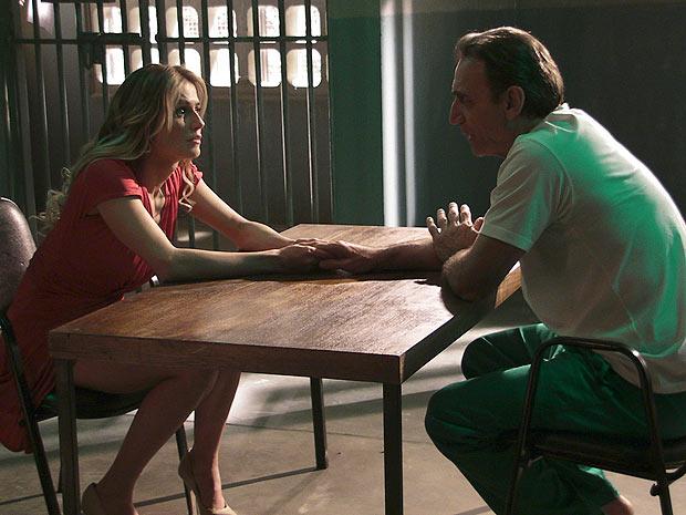 O banqueiro pede que Natalie só vá visitá-lo quando ele chamar (Foto: Insensato Coração / TV Globo)