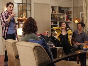 Roni ajuda Douglas a enganar Dulce (Foto: Insensato Coração / Tv Globo)