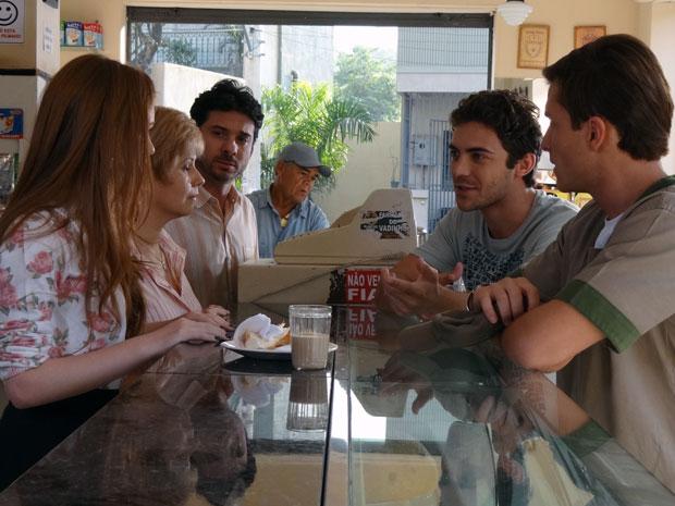 Renato se oferece para cuidar de Alice e desperta o ciúme de Guilherme (Foto: Morde & Assopra / TV Globo)