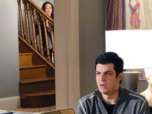 Amanda escute conversa escondida (Foto: Morde & Assopra / TV Globo)