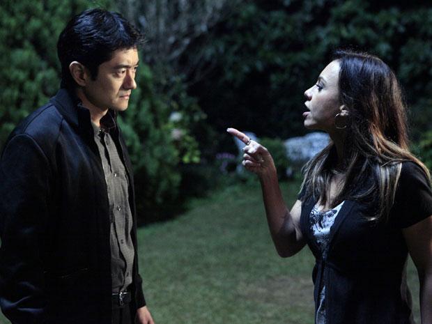 Amanda provoca Akira e diz que ele sabe quem é o assassino (Foto: Morde & Assopra / TV Globo)