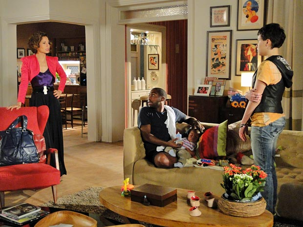 Carol é obrigada a encontrar Leila dentro da sua casa (Foto: Insensato Coração/TV Globo)