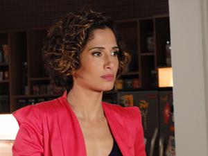 Carol fica pasma ao ver Leila e André em sua casa (Foto: Insensato Coração/TV Globo)