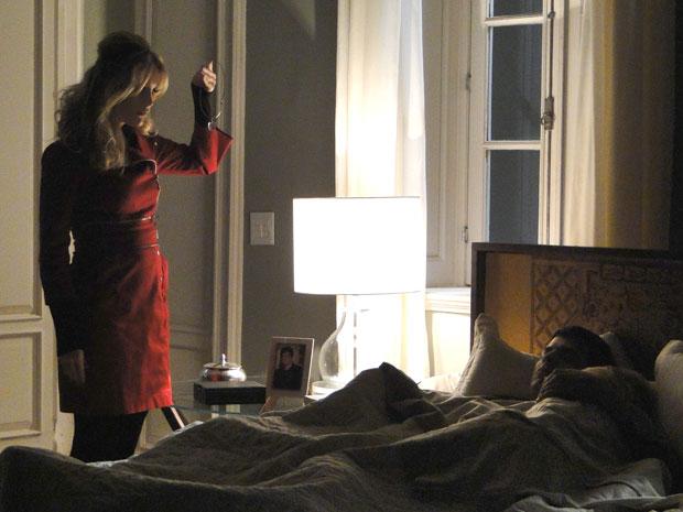Robô aproveita que Ícaro e Naomi estão dormindo para roubar joia  (Foto: Morde & Assopra/TV Globo)