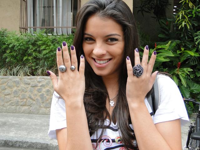 Ângela prefere pintar as unhas de roxo. E não dá para não reparar nos anéis, né?