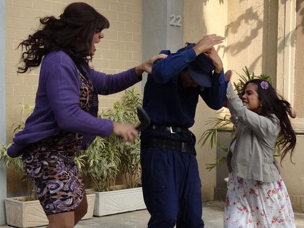 Elaine e Maria João brigam por causa de Xavier (Foto: Morde & Assopra / TV Globo)