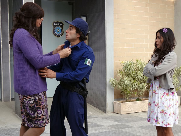 Élcio / Elaine decide investir em Xavier e deixa Maria João com ciúme (Foto: Morde & Assopra / TV Globo)