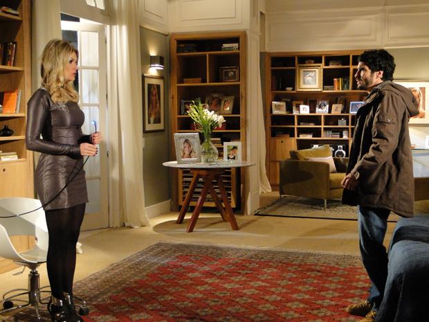 Leandro descobre que Naomi é um robô e fica horrorizado_02 (Foto: Morde e Assopra/TV Globo)