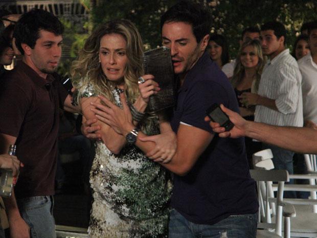 Natalie foge dos repórteres com a ajuda de Douglas (Foto: Insensato Coração / Tv Globo)