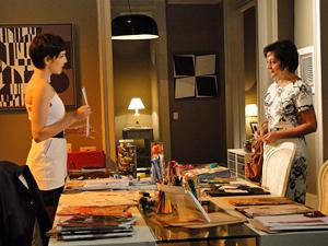 Paula contrata uma modelista para produzir as peças concebidas por Leila (Foto: Insensato Coração/TV Globo)