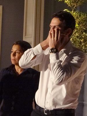 Pedro dá um soco em Léo e Jandira acaba com a confusão (Foto: Insensato Coração / Tv Globo)