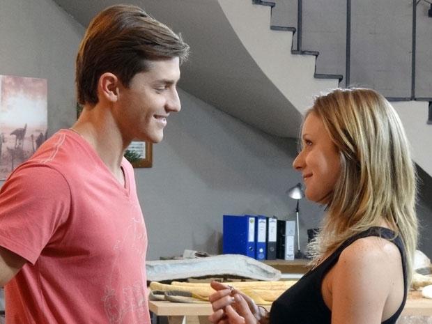 Tânia dá em cima de Guilherme e promete ajudá-lo a melhorar de vida (Foto: Morde & Assopra / TV Globo)