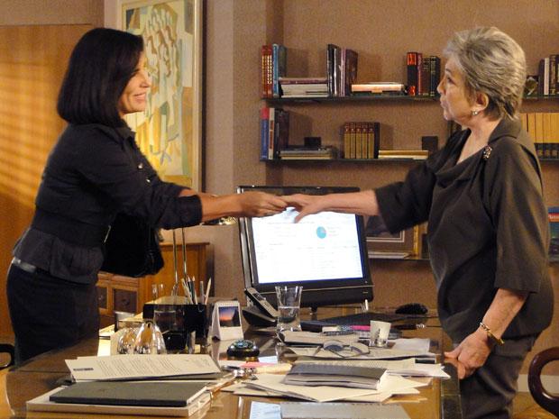 Vitória se despede de Norma e diz a Célia que está decepacionada com a viúva (Foto: Insensato Coração / Tv Globo)