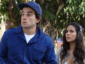 Xavier e Maria João ficam surpresos com a presença de Elaine (Foto: Morde & Assopra / TV Globo)