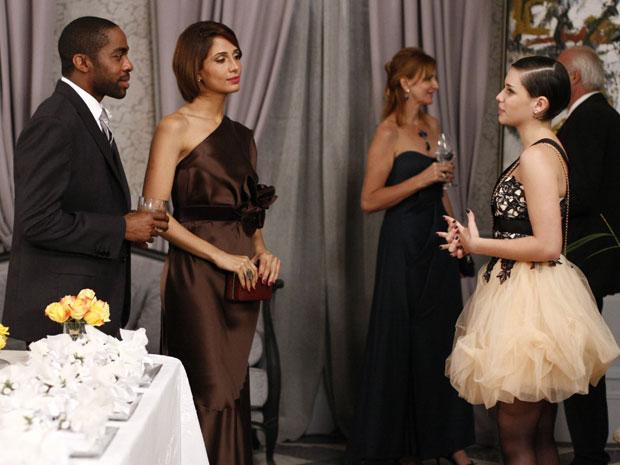Leila tenta conversar com André (Foto: Insensato Coração / Tv Globo)