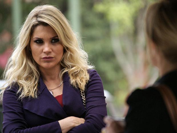 Naomi não esconde que se sente incomodada com Júlia (Foto: Morde & Assopra/TV Globo)