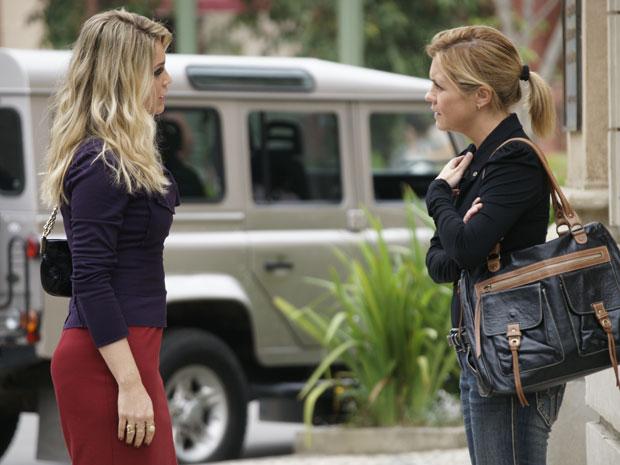 Júlia não gosta de ouvir insinuações sobre sua amizade com Ícaro (Foto: Morde & Assopra/TV Globo)