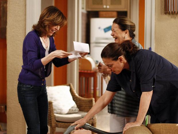 Eunice tem a cara-de-pau de dar bronca em Haidê depois dela achar o envelope (Foto: Insensato Coração/TV Globo)