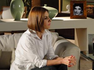 Gilda concorda, tensa (Foto: Insensato Coração/TV Globo)