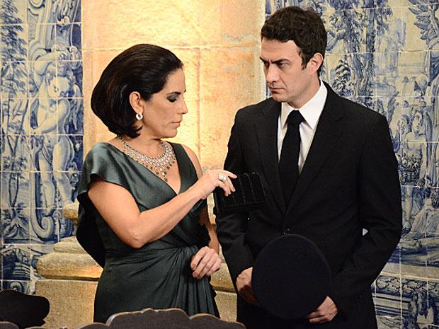 Léo chega como motorista de Norma ao casamento de Pedro e Marina e a viúva faz questão de humilhar e o manda segurar sua bolsa (Foto: Insensato Coração / Tv Globo)