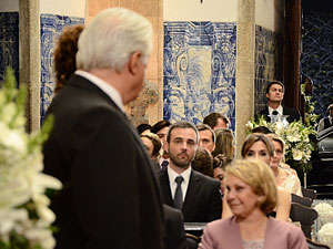 Raul vê Léo escondido do lado de fora da igreja (Foto: Insensato Coração / Tv Globo)