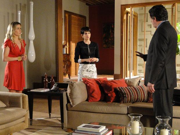 Natalie fica confusa ao saber do julgamento de Cortez, pois não sabe que roupa usar (Foto: Insensato Coração / Tv Globo)