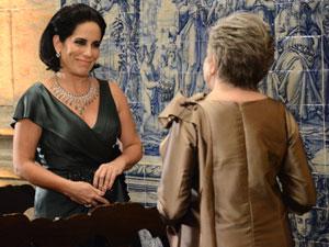 Vitória pede para Norma tirar Léo da igreja (Foto: Insensato Coração / Tv Globo)