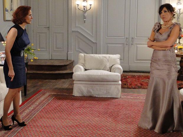 Helena dá um tapa na cara de Wanda e a acusa de roubar suas joias e seu marido (Foto: Insensato Coração / Tv Globo)