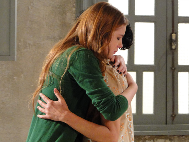 Alice e Dulce se abraçam (Foto: Morde&Assopra/TVGlobo)