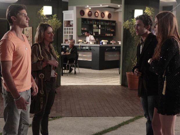 Mesmo acompanhados, Alice e Guilherme discutem (Foto: Morde & Assopra / TV Globo)