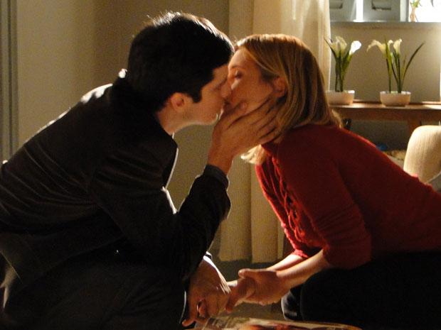 Ícaro e Júlia se beijam pela primeira vez (Foto: Morde & Assopra / TV Globo)