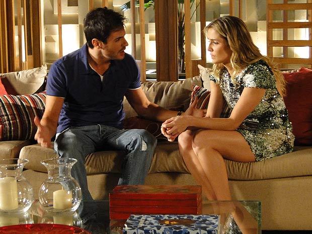 Douglas tenta animar a irmã (Foto: Insensato Coração / TV Globo)