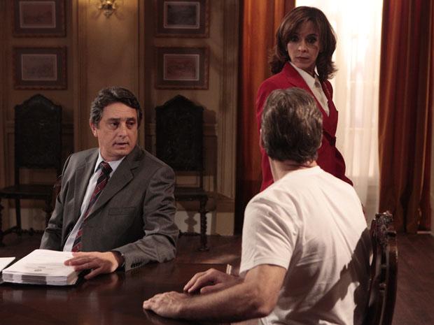 Cortez xinga Eunice e ela se assusta (Foto: Insensato Coração / Tv Globo)
