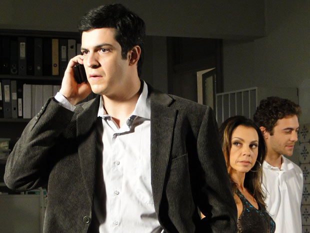 Ícaro recebe ligação de Aquiles (Foto: Morde & Assopra / TV Globo)