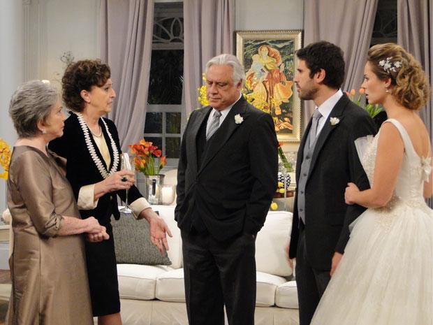 Tia Neném deixa escapar que Léo esteve na cerimônia de casamento de Marina e Pedro (Foto: Insensato Coração / Tv Globo)