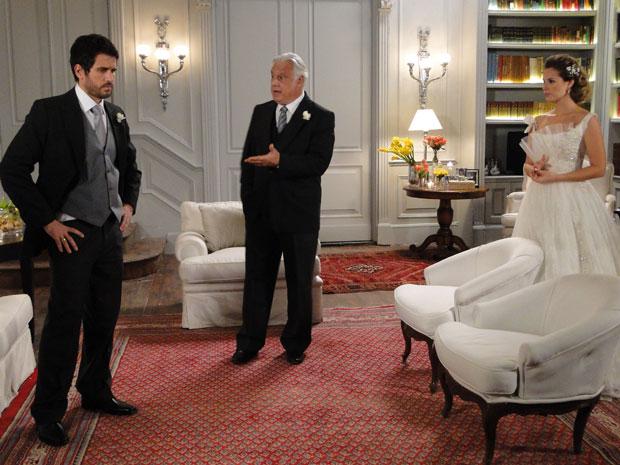 Raul conta que agora Léo é motorista de Norma e Pedro fica arrasado (Foto: Insensato Coração / Tv Globo)